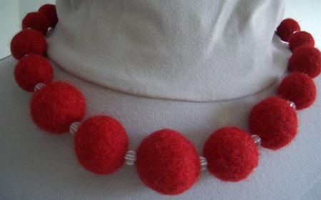 Cómo hacer un collar con bolas de fieltro